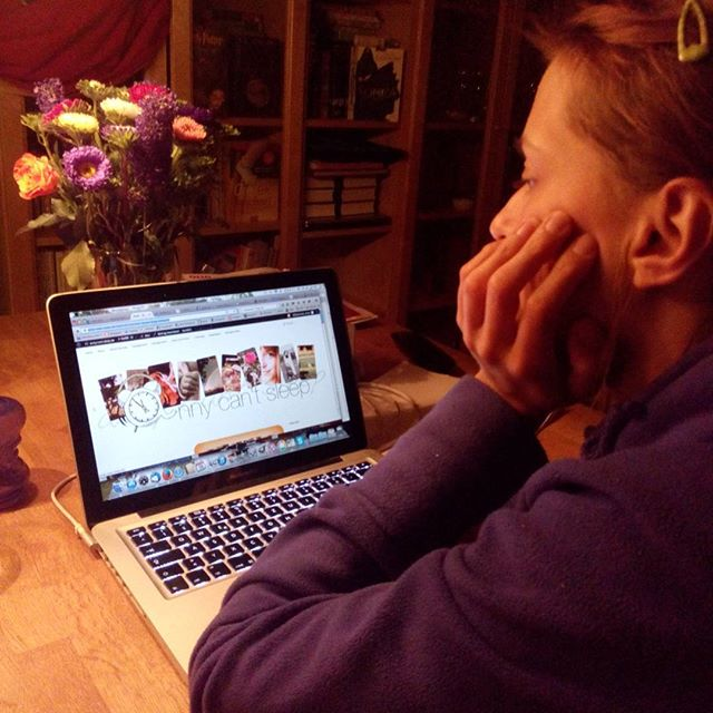 Anne vor der fertigen Webseite